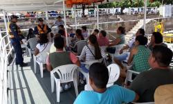 Tripulantes de embarcação recebendo orientações dos militares da CFPN