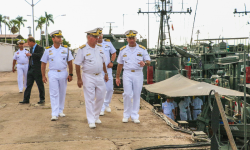 Almirante de Esquadra Puntel em visita aos navios subordinados à Flotilha de Mato Grosso