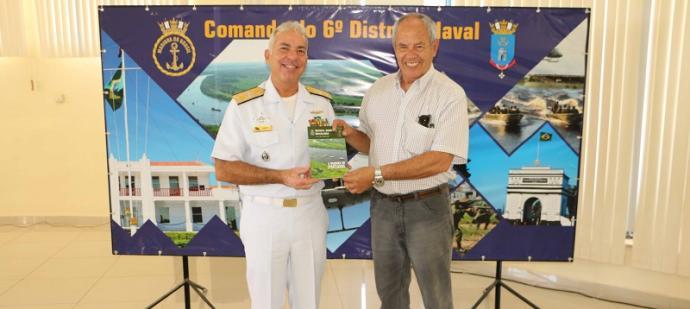 """C. Alte Arentz presenteou o Brig-Ar (R1) Dantas com a edição da Revista Marítima Brasileira cuja matéria de capa reproduz a """"Marinha no Pantanal"""""""