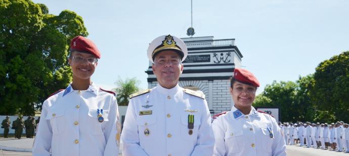 Contra-Almirante Arentz e as alunas premiadas durante a cerimônia