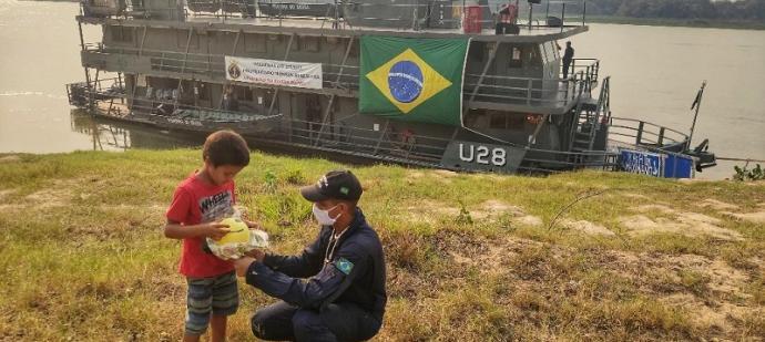 Militares da MB entregam presentes de Dia das Crianças