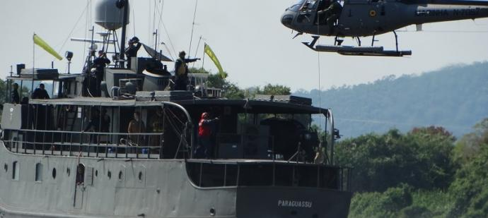 Navio Transporte Fluvial Paraguassu em operações aéreas com helicóptero UH-12, Esquilo Monomotor de Emprego Geral