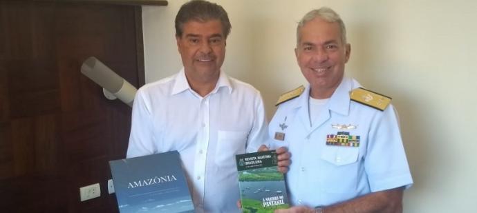 Senador recebeu exemplar do Livro Amazônia Azul e edição da Revista Marítima sobre o Pantanal