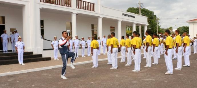 O Marinheiro (RM2) Lopes, atleta destaque em 2018, acendeu a pira olímpica na cerimônia