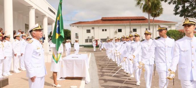 Os formandos desfilaram em continência à Bandeira Nacional