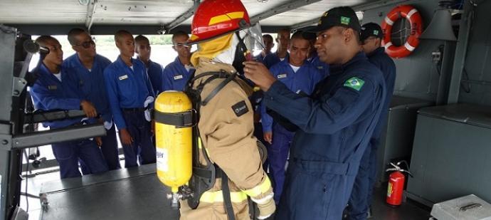 Militar em adestramento de noções de CAv.