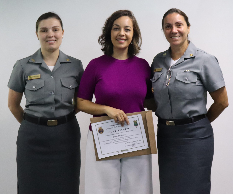 Capitão-Tenente Carolina Bittencourt e Capitão de Fragata Alessandra, integrantes do NAS, juntamente  com a palestrante Flávia Baptista.