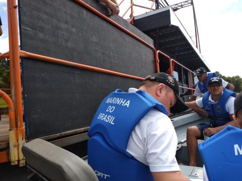 Inspetores Navais durante abordagem a embarcação no rio Paraná