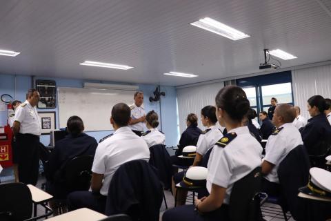 Comandante da Marinha fala aos alunos do Curso de Formação de Oficias (RM2)