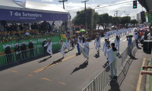 O evento teve início com a execução do Hino Nacional e hasteamento das  bandeiras do Brasil, de Sergipe e do Mercosul. Assistiram ao desfile,  autoridades ... f38ccc2735