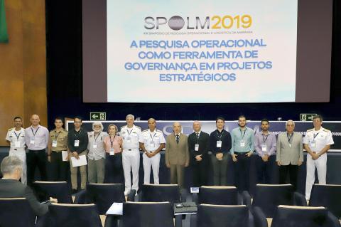 AE Olsen entre o antigo Ministro da Marinha Mauro César Rodrigues Pereira,  as autoridades presentes e os vencedores dos trabalhos técnicos