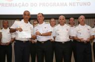 Comandante da Marinha, Alte Esq Ilques, entrega certificado ao Vice-Diretor da DPC, CF Pita