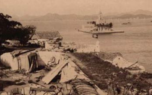 A Ilha das Cobras durante a Revolta da Armada. Ao fundo, a Ilha Fiscal. Fotógrafo Juan Gutierrez