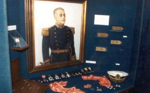 Tela de pintura e vitrine do Alte. Alfredo Soares Dutra e seus pertences durantea Segunda Guerra Mundial