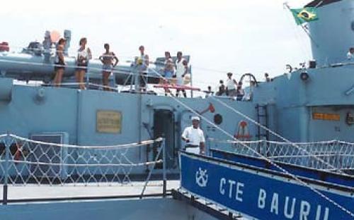Rampa de entrada e lançador de torpedos anti-submarinos