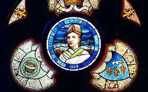 Vitrais ingleses: ao centro retrato da Princesa Isabel, circundado pela coroa imperial e pelos brasões d´Armas