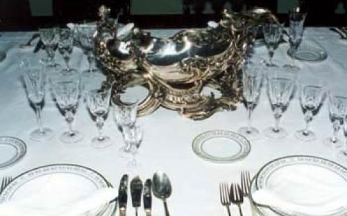 A mesa da Sala do Cerimonial com prataria (dos Encouraçados São Paulo e Minas Gerais), cristais e porcelanas brasionadas