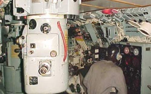 Sala de comando com o operador de sonar e periscópio