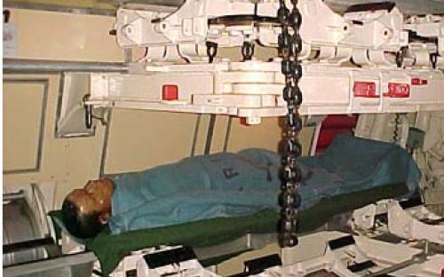 Sala de torpedos de vante com tripulante em repouso