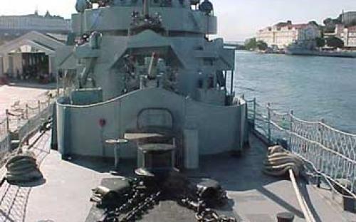 Convés de proa do Bauru com metralhadoras antiaéreas