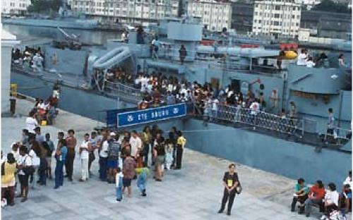 Rampa de entrada, portaló do Navio-Museu Bauru e entrada do Espaço Cultural da Marinha