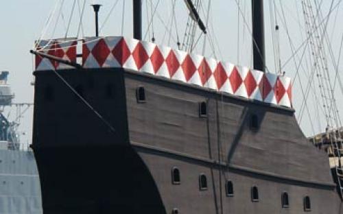 Escudetes, em branco e vermelho, compondo o castelo de polpa (parte posterior da embarcação)