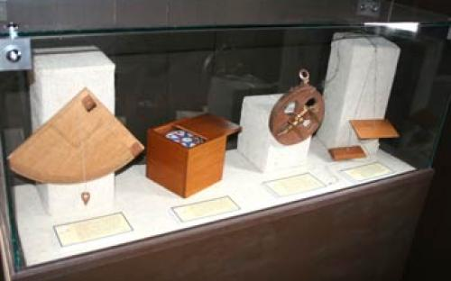 Vitrine com instrumentos de navegação usados nos séculos XV e XVI (quadrante, bússola, astrolábio e tábuas da Índia)