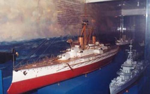 Vista parcial de modelos navais, mostrando a evolução da Marinha de Guerra. Em destaque: Encouraçado Minas Gerais, Contratorpedeiro Mariz e Barros e Submarino Tikuna