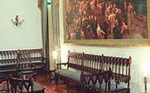 """Sala de estar com móveis em estilo neogótico (réplica) e visão parcial do quadro """"O último Baile"""""""