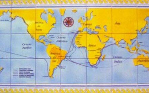 Painel, em azulejo de faiança, com planisfério registrando gráficos das principais rotas de navegação