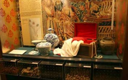 """Vitrine """"A Ambiciosa Viagem à Índia""""  Exemplos de especiarias, porcelanas e tecidos do Oriente. Objetos de interesse português para comercialização na Europa."""