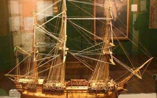 Modelo naval da Nau Martins de Freitas, que transportou a Corte portuguesa para o Brasil e, depoism se tornou a primeira capitânia da Esquadra brasileira com o nome de Pedro I, de Celso Oliveira Batista