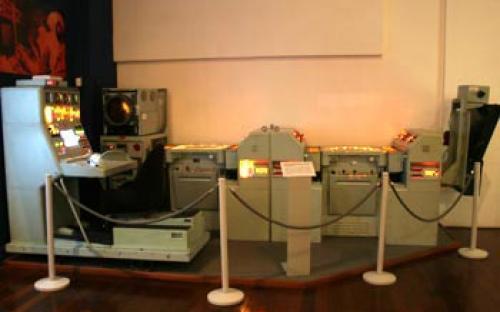 Vista parcial da sala 7   Alguns equipamentos do centro de operações de combate do final do século XX