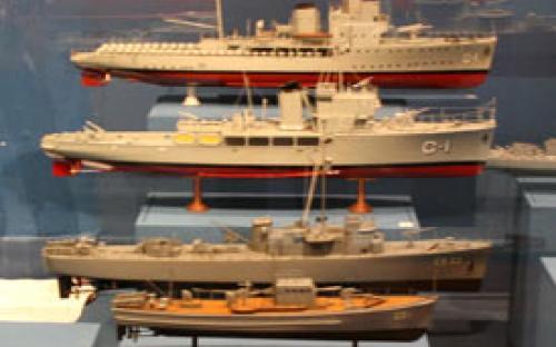 """Vista parcial da vitrine """"O desenvolvimento do navio de guerra"""""""