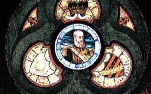 Vitrais ingleses: ao centro retrato do Imperador D. Pedro II, circundado pela coroa imperial e pelos brasões d´Armas