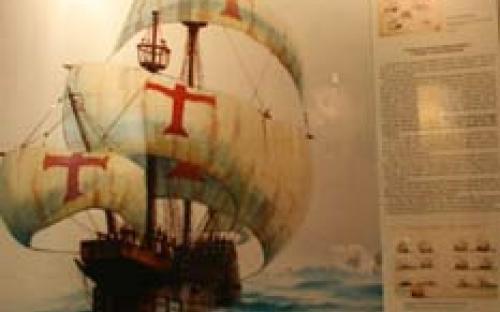 """Vitrine """"A Viagem da Segunda Armada da Índia e a chegada à Terra Pressentida"""""""