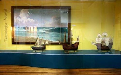 """Vitrine """"Tecnologia Naval""""  Retrata a evolução das caravelas, naus e galeões. Embarcações utilizadas na Época dos Descobrimentos."""