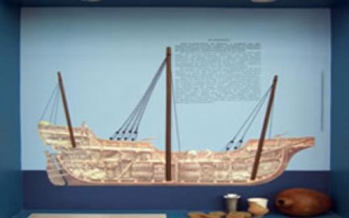 """Vitrine """"Os Viajantes""""  Destaca o aperfeiçoamento da arquitetura básica dos navios, que buscava adequar as embarcações ao meio por onde navegam."""