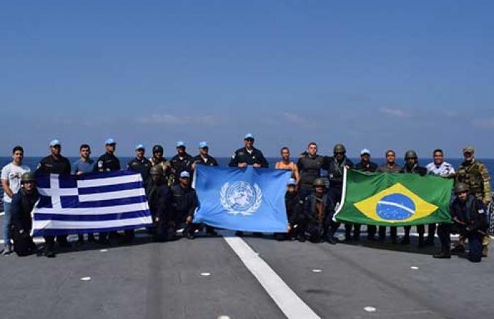 """Militares da Fragata """"União"""" e Fragata """"Aegean"""" após exercício"""