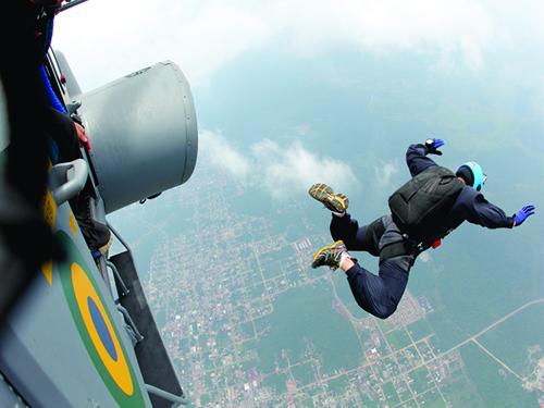 Resultado de imagem para fotos salto de paraquedistas da marinha