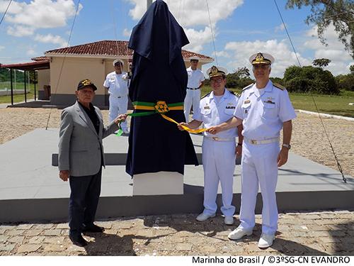 74d552a75 Momento da inauguração do busto do patrono das Comunicações Navais