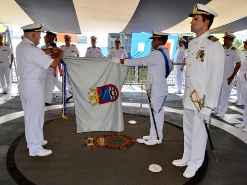 """Fragata """"Liberal"""" é condecorada com a comenda da Ordem do Mérito Naval"""