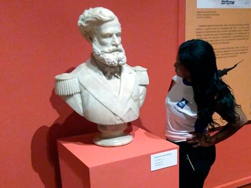 8fdae37ea Estudante observa o busto do Almirante Barroso